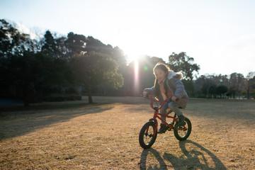 自転車で遊ぶ女の子