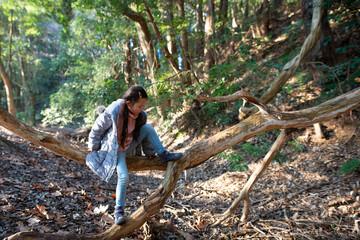 森の中で遊ぶ女の子