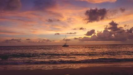 Fotobehang Schip Couche de soleil a Phuket
