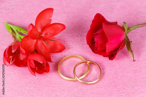 Fleur Et Rose Rouge Et Alliance Pour La Saint Valentin Stock Photo