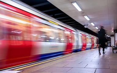 Moving train, motion blurred, London Underground - Immagine