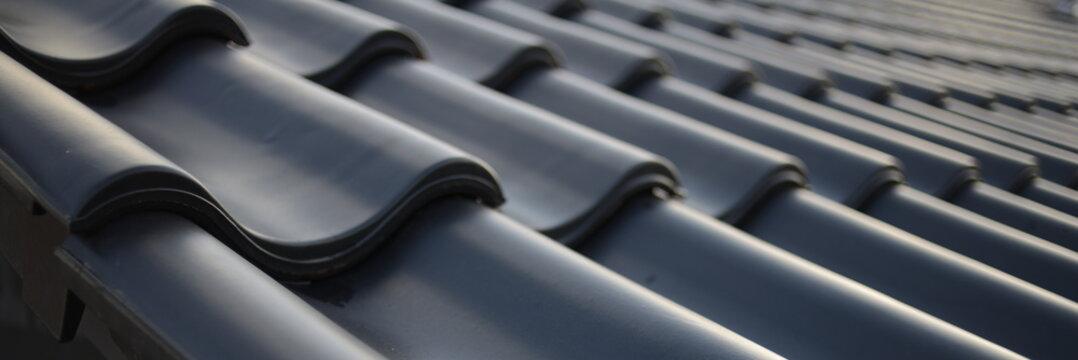 Dachdecker Handwerk Logo liefern für Ziegeldach Haus. Dachdecken in schwarzer Dachziegel Tradition. Ton Ziegel Textur Banner
