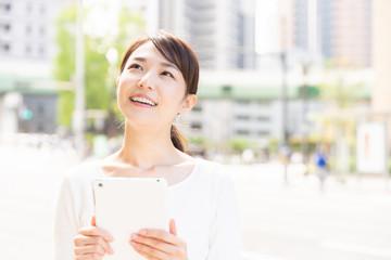 笑顔の女性 タブレットコンピューター
