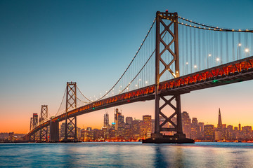 Ingelijste posters Amerikaanse Plekken San Francisco skyline with Oakland Bay Bridge at sunset, California, USA