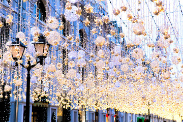 Türaufkleber Paris Christmas bright garlands and flashlights on a city street