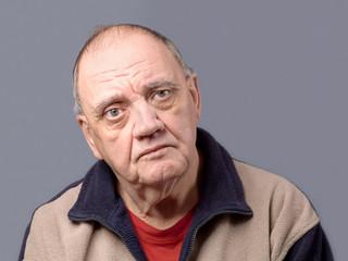 portrait vieil homme triste isolé sur fond gris