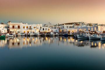 Abend über dem idyllischen Fischerdorf Naousa mit den zahlreichen Tavernen und Restaurants direkt am Hafen auf Paros, Kykladen, Griechenland