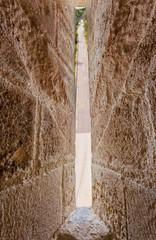 route des Saintes-Maries-de-la-Mer vue à travers de la meurtrière de la Tour Carbonnière