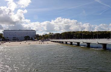 Seebrücke und Sandstrand von Kolberg in Polen
