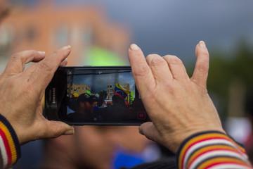 Una persona tomando fotos con su celular
