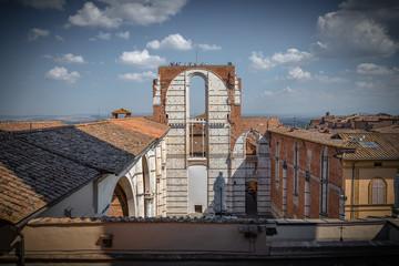 Vista sobre Siena con Domo y Campanario de Catedral de Siena o Duomo di Siena de Basílica di San Domenico. Italia.