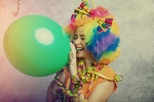 Frau in Kostüm zum Fasching mit Perücke
