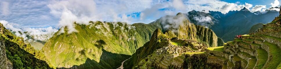Panorama Machu Picchu nach Sonnenaufgang mit Rio Urubamba in Peru