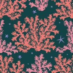 Графический бесшовный узор на тёмном фоне с изображением кустов кораллов розового и кораллового цвета с тёмными точками, между ними морские звёзды сиреневого цвета.