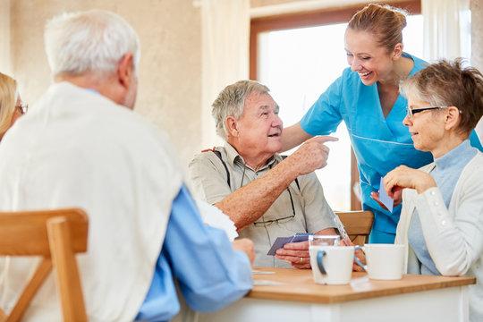 Altenpflegerin hat Spaß mit Gruppe Senioren