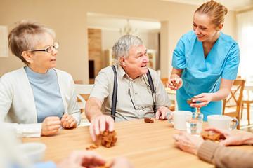 Pflegedienst Frau kümmert sich um Senioren Paar