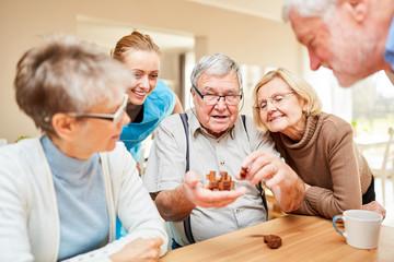 Senioren Gruppe spielt mit einem Puzzlespiel