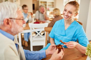 Altenpflegerin betreut einen dementen Senioren