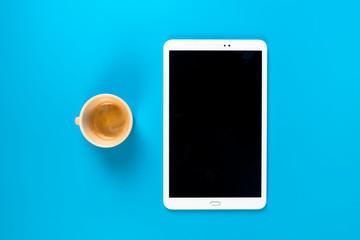 prendere appunti su tablet e blocco note prendendo un caffè Wall mural