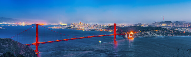 Panorama of the Gold Gate Bridge and San Francisco city at night, California.ставрпо
