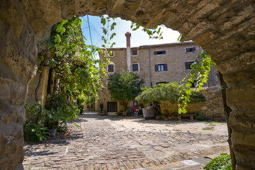 Steinbogen im Dorf Groznjan / Istrien