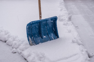 Schneeschieber im Schnee