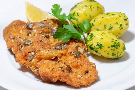 Wiener Schnitzel mit Kürbiskernen paniert und Kartoffel