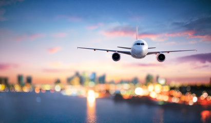 Printed kitchen splashbacks Airplane Airplane In Flight At Twilight With Blurred Cityscape