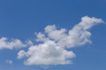 Nuvens em céu azul do Brasil