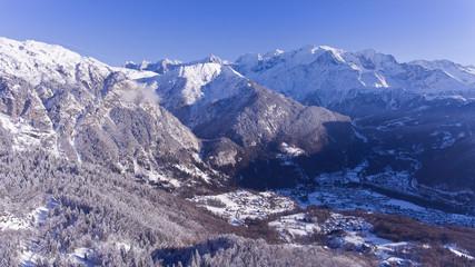 La montagne et le village enneigé l'hiver