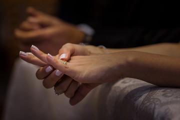 Noiva com a aliança no dedo, no dia do seu casamento na Igreja