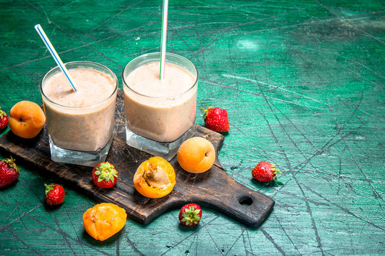 Smoothie with peaches, strawberries and chocolate.