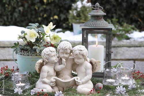 Weihnachtsdekoration Im Garten Mit Engel Laterne Und Christrosen