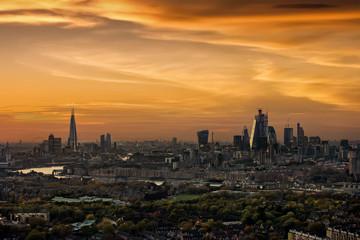 Fotomurales - Weites Panorama der urbanen Skyline von London bei Sonnenuntergang