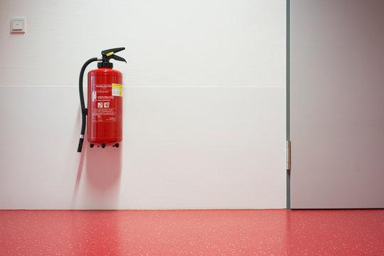 Krankenhaus Korridor und Feuerlöscher rot Niemand