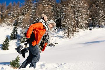 verliebtes pärchen im winterurlaub im schnee in den bergen