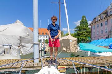 Junger Mann mit Boot am Bodensee, Hafen Lindau