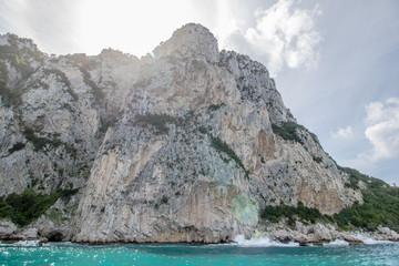 Bei einer Umrundung der Insel Capri mit einem Boot eröffnen sich die schönsten Perspektiven auf die Insel. Die bekanntesten Attraktionen der Insel sind die Grotten und die Felsenformationen.