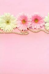 ピンクと白のガーベラと真珠