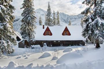 piękny domek w górach w zimie