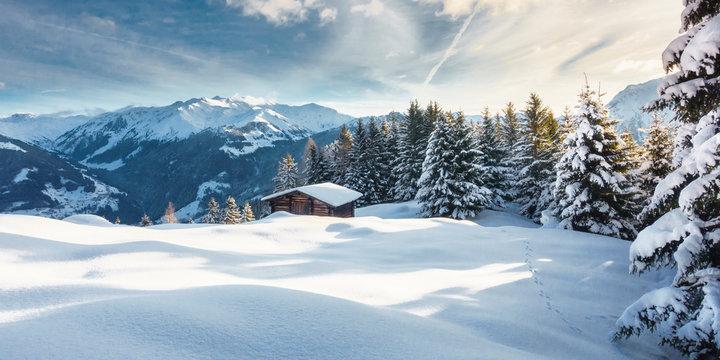 Winterlandschaft Panorama mit Schihütte in den Bergen