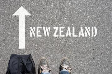 Ein Mann mit einer Reisetasche unterwegs in Richtung Neuseeland