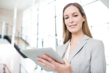 Erfolgreiche Geschäftsfrau nutzt einen Tablet Computer