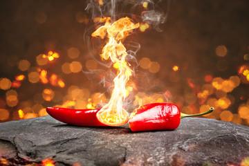 Fotobehang Kruiderij Feurig scharfe Chilischote mit Flamme
