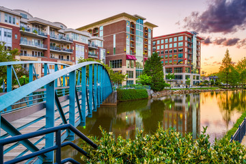 Fototapete - Greenville, South Carolina, USA downtown cityscape on the Reedy River at dusk