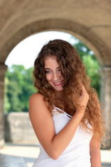 Junge Frau mit offenen Haaren
