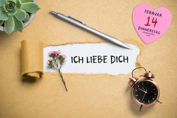 """Papierriss zeigt Nachricht """"Ich liebe Dich"""" mit dekrativen Elementen und Herz mit Datum zum Valentinstag 2019"""