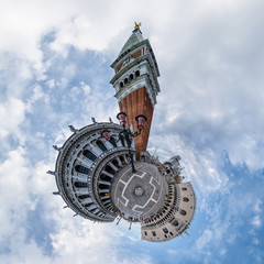 Campanile auf dem Markusplatz in Venedig - little planet