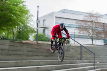 Radfahrer stürzt sich eine Treppe hinab