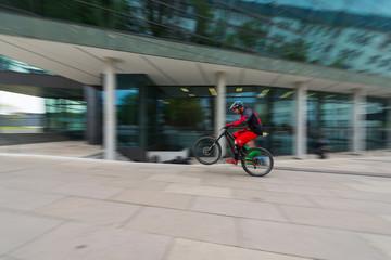 Fahrrad-Kurier, unterwegs in der Innenstadt
